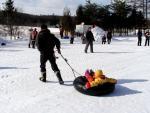 幼稚園冬の運動会タイヤチューブひき