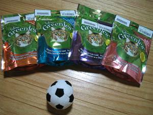 グリニーズキャットとサッカーボール