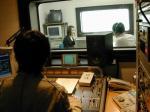 「コトバラジオ」「地球はまあるいよ」のディレクター兼ミキサーYUさんの後姿