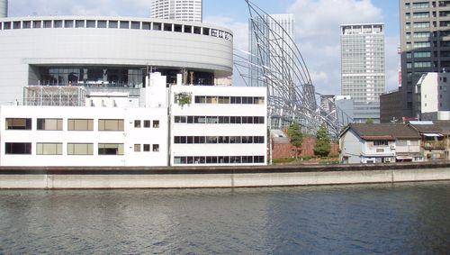 壁いっぱいに広がる窓から、大阪市立科学館や国立国際美術館が見える