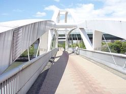 飛翔橋は車が通れない人道橋