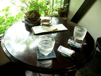 窓際のテーブル