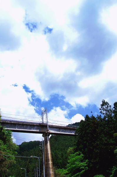 陸橋と雲と