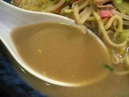 スープは醤油豚骨系