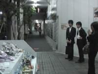 アキバ通り魔事件の献花台がホームレスのエサ場に!