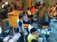 中国 インターネットカフェで完璧な盗みを働く少年の映像