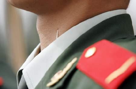 中国 軍人 首にピン