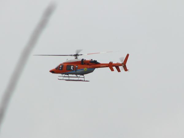 低空飛行するヘリ