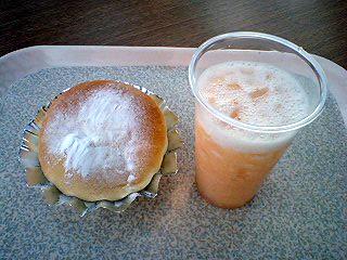 かぼちゃプリンパン&生グレープフルーツジュース