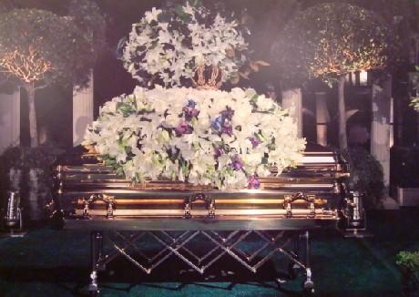 2009年9月3日 ロサンゼルスのグレンデール・フォレスト・ローン・メモリアル公園で行われた葬儀より、マイケルの棺