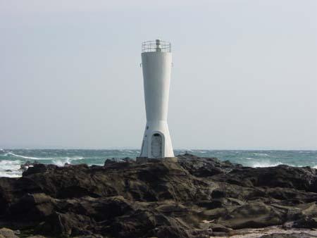 アワだらけの安房崎灯台