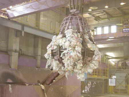 ゴミを掴む供給クレーン