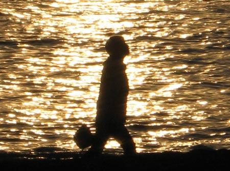 夕陽に染まる少女