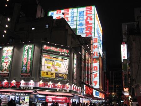 新宿西口駅の前~♪