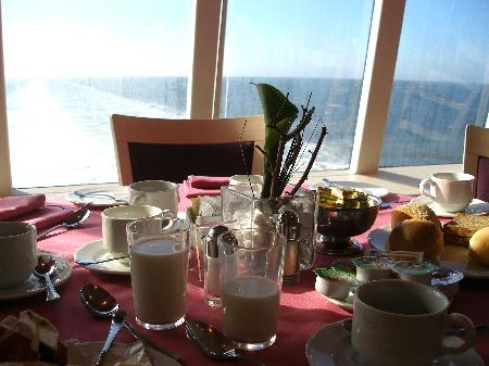 朝食は自由席