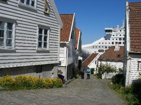 街と大型船