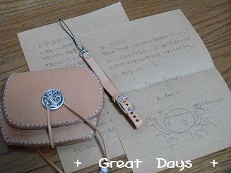 皮の財布とストラップ