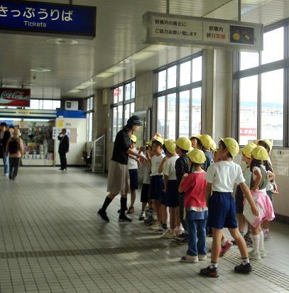 駅の小学生1