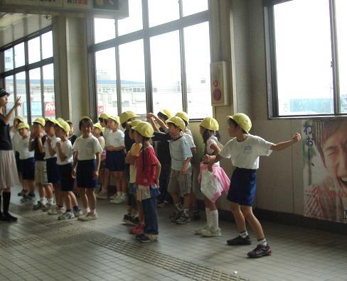 駅の小学生3