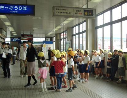 駅の小学生2