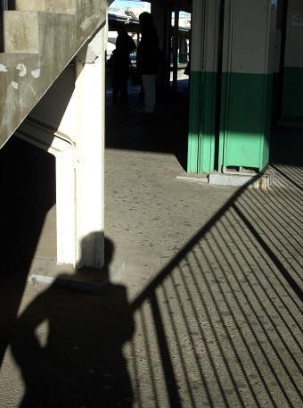 シルエット・駅で