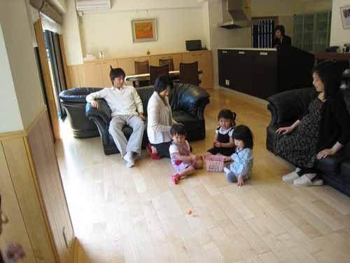 床暖房のリビングで楽しく遊ぶ孫達とキッチンのおばあちゃん