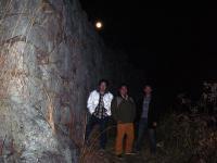 相方城石垣の前で