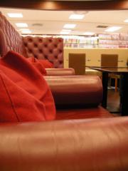2.赤いソファー