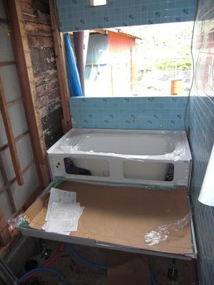 某社宅浴室リフォーム工事~システムバス組立中 2